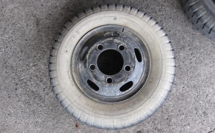 ゲタ山タイヤ700R16-10PR