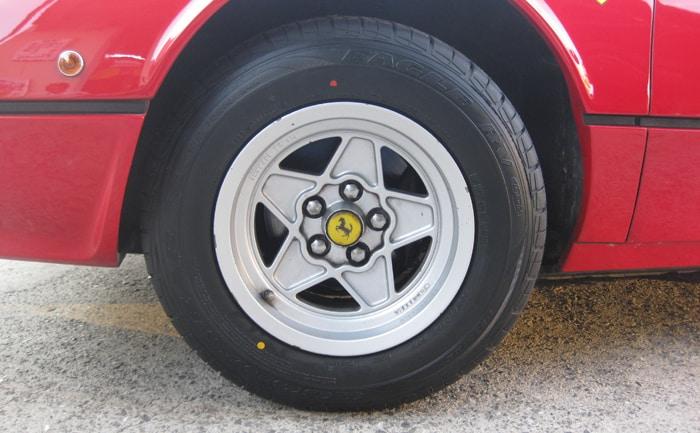 フェラーリ308GTSタイヤ
