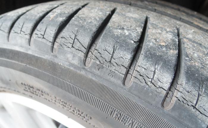 ショルダー部分 ひび割れ タイヤ