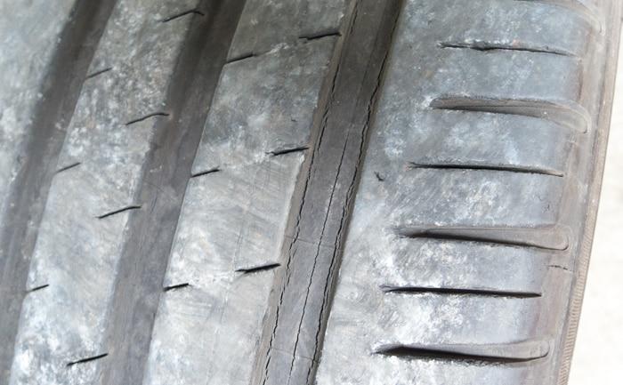 トレッド部分 ひび割れ タイヤ 劣化