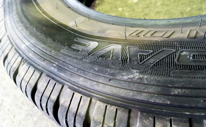 タイヤ サイドウォール キズ 損傷 修理不能