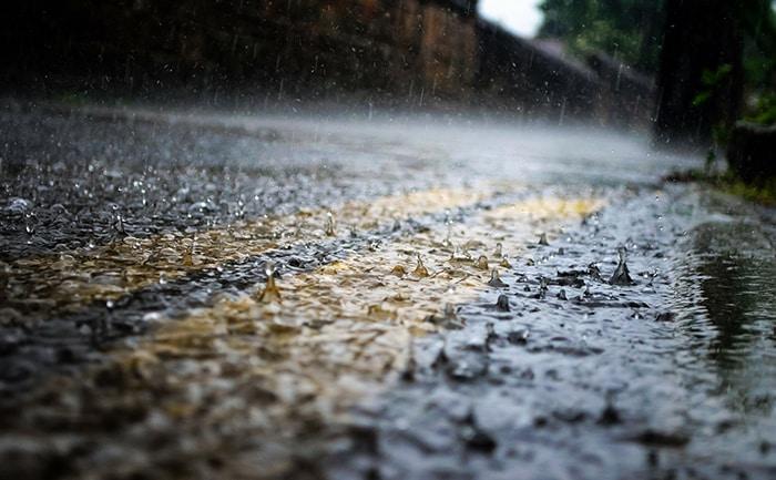 雨 ウェット タイヤ 路面