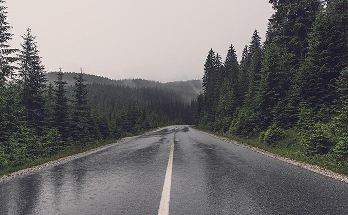 ウェット路面 道路 タイヤ