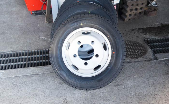 いすず エルフ キャンピングカー タイヤ交換