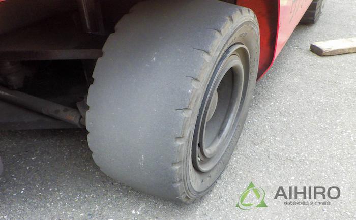 フォークリフト タイヤ交換 ノーパンクタイヤ