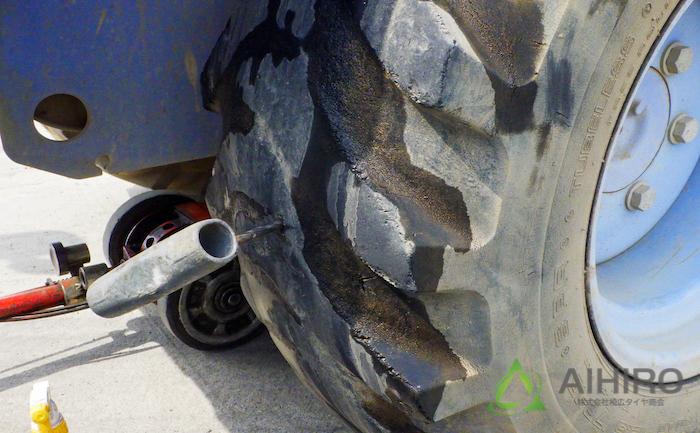 穴を開ける ホイールローダー タイヤ