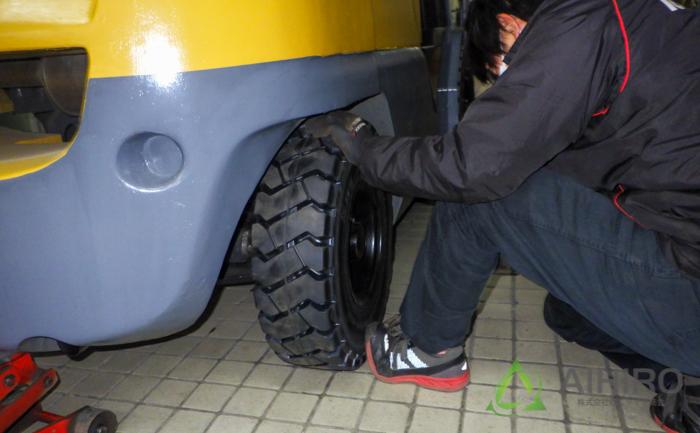 フォークリフト タイヤ交換 作業