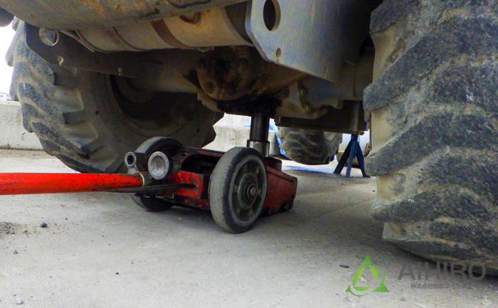 ホイールローダー ジャッキアップ タイヤ交換